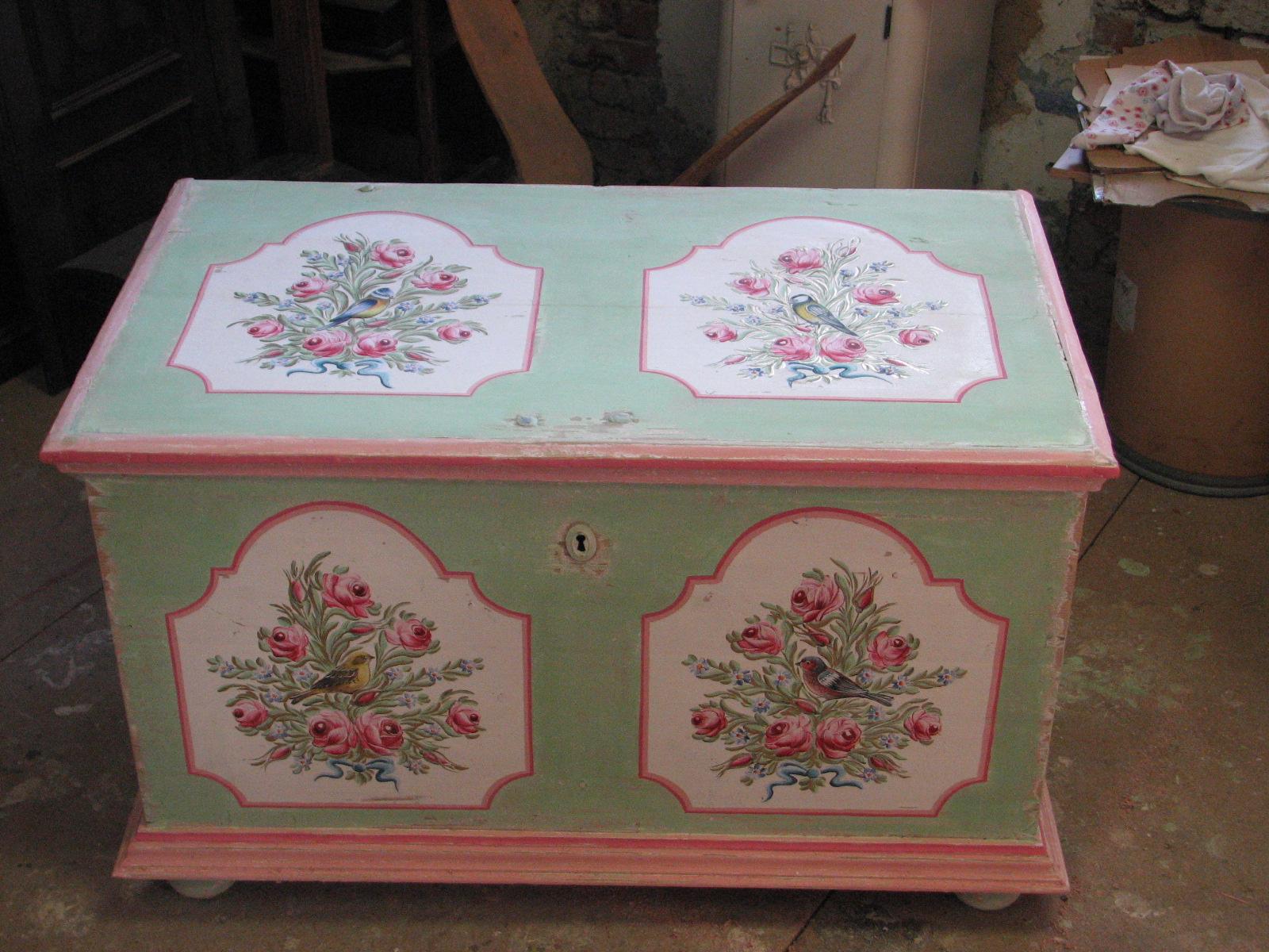Malovaná truhla na chalupu pastelová zeleno růžová 3