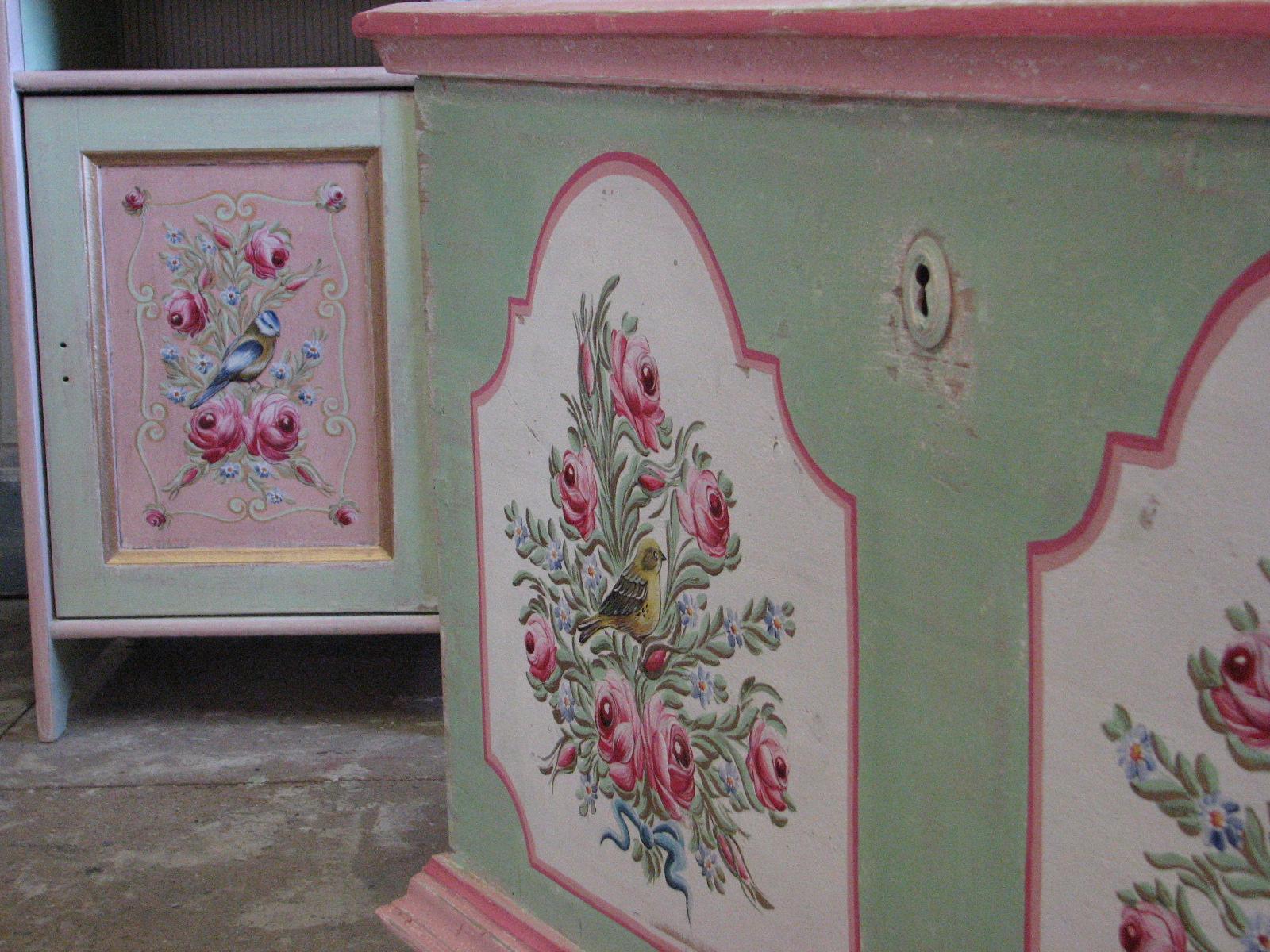 Malovaná truhla na chalupu pastelová zeleno růžová detail 2