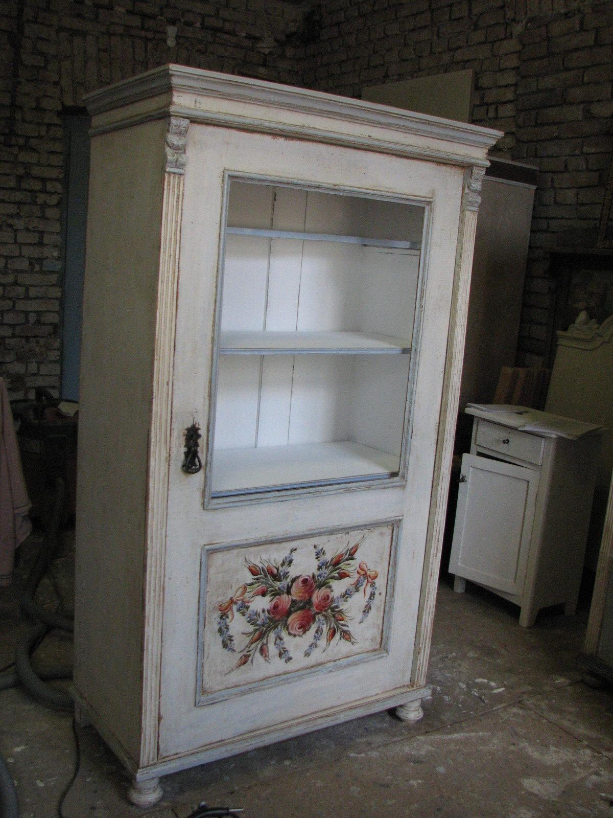 Bílá malovaná prosklená vitrína