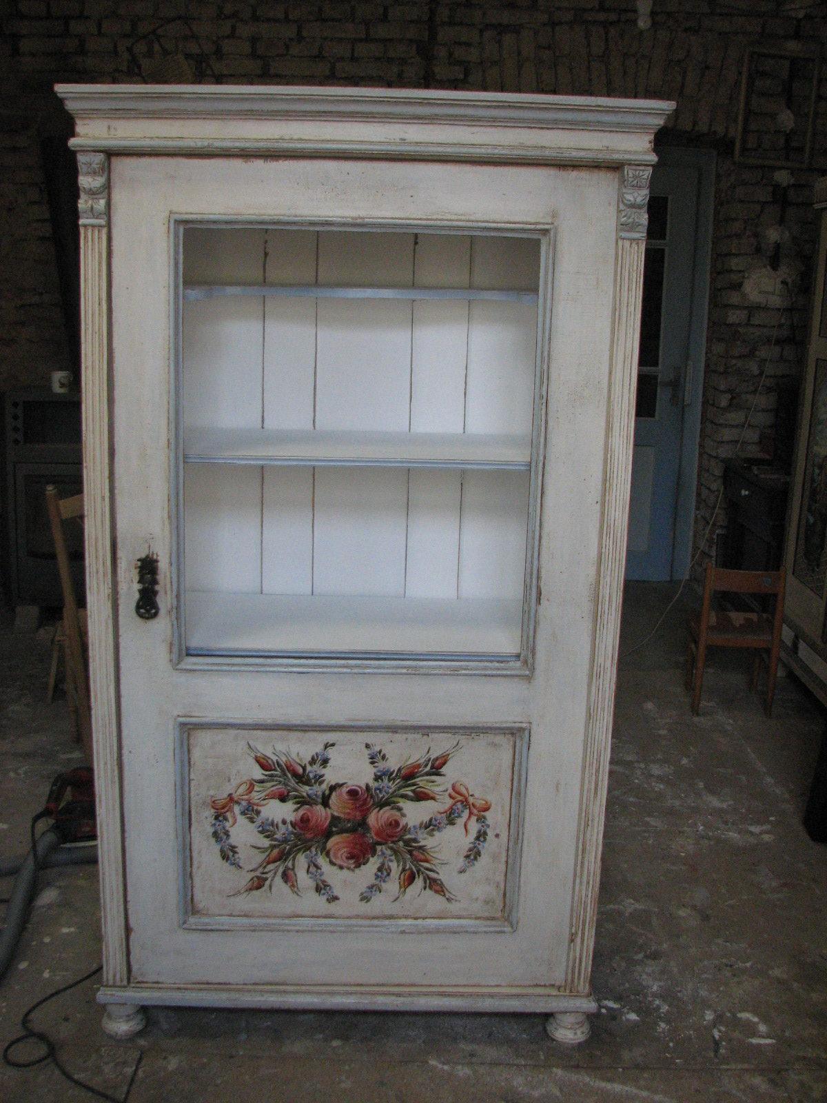 Bílá malovaná prosklená vitrína 2