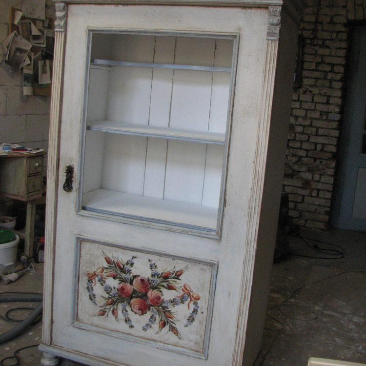Bílá malovaná prosklená vitrína 3