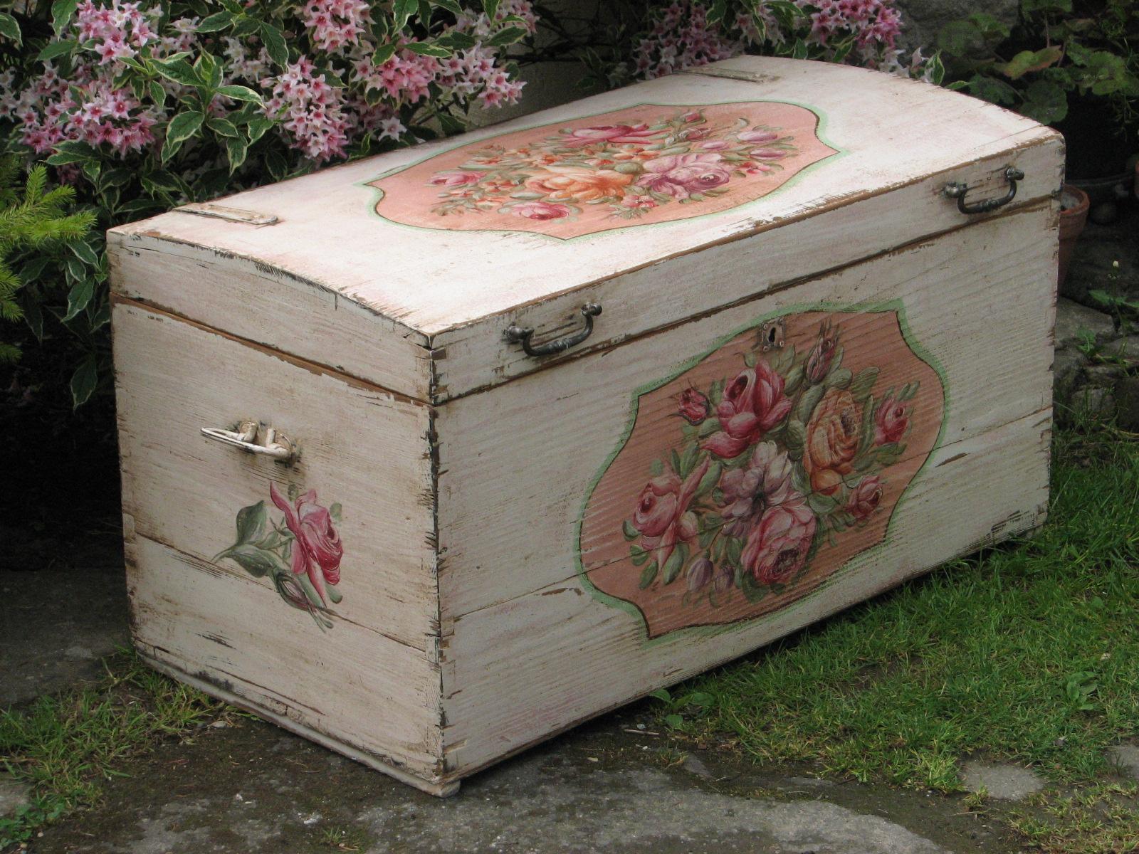 Romantická malovaná bílá truhla s růžemi a pivoňkami boční pohled