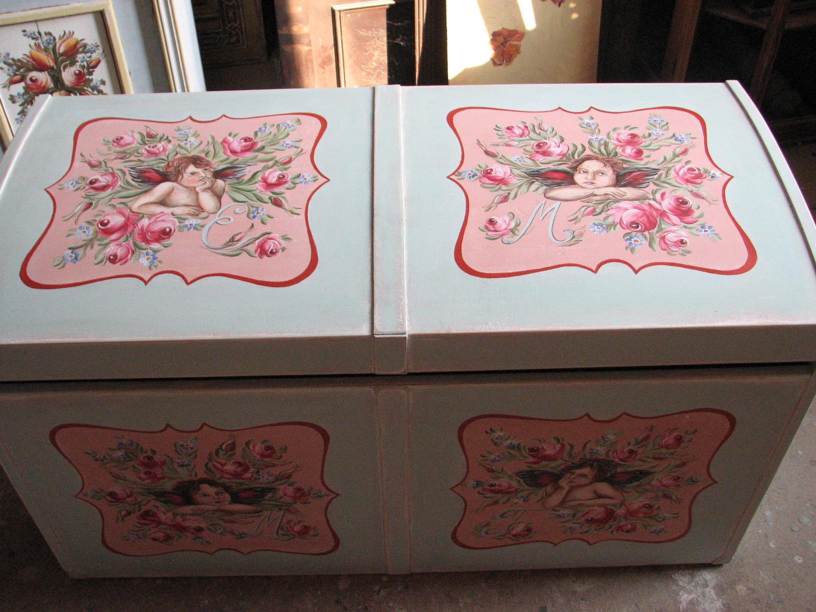 Malovaná truhla s andílky a růžemi 2