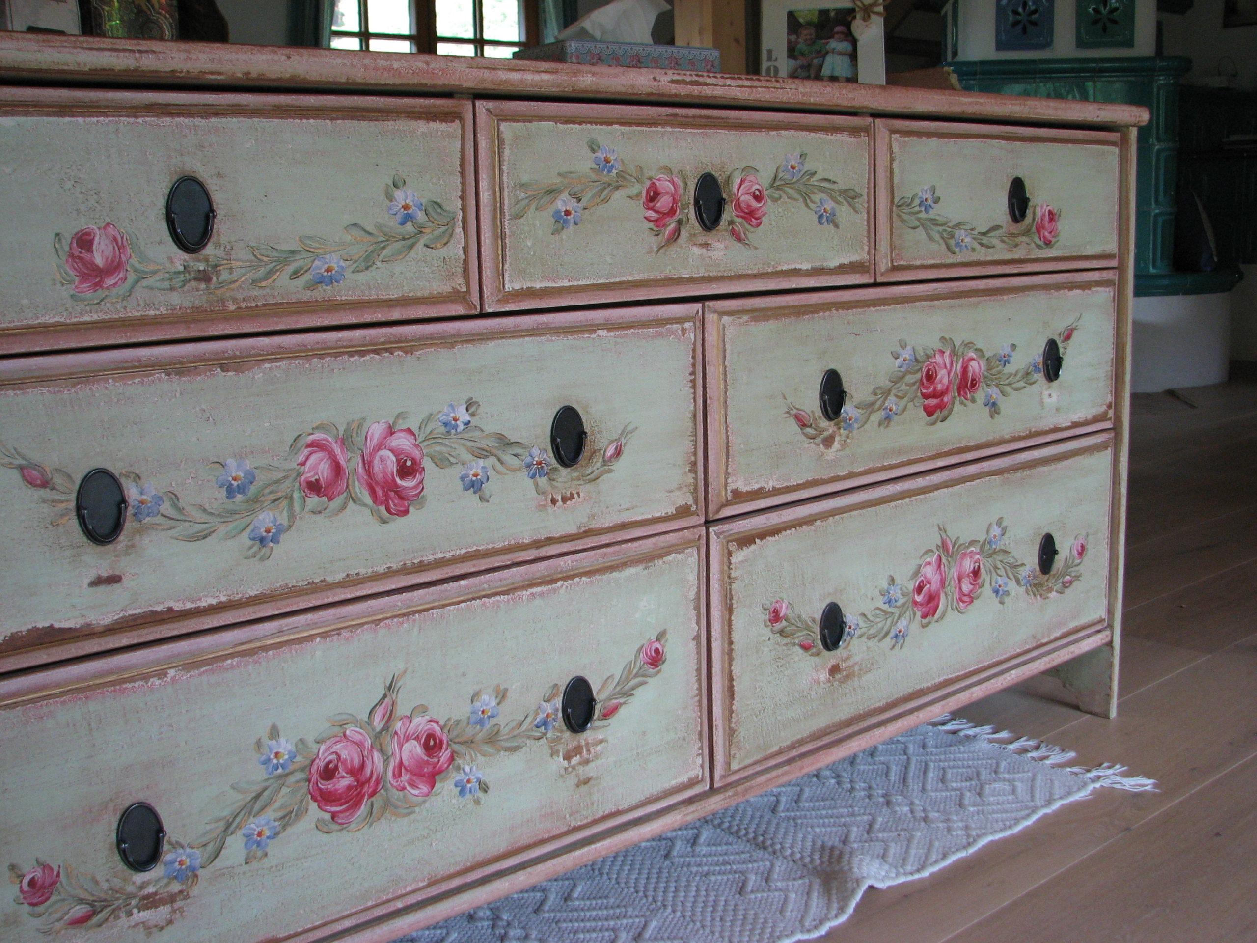 Malovaná komoda světle zelené a růžové barvy s motivy růží a pomněnek 5