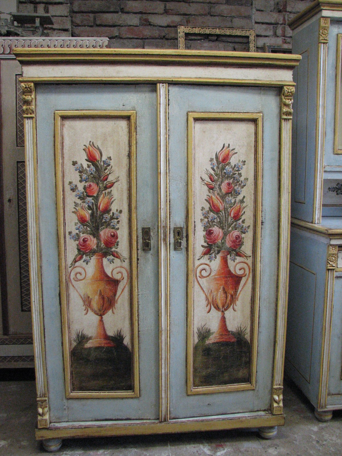 Světle modrá malovaná dvoudvéřová skříň s ruční malbou květin ve váze 3