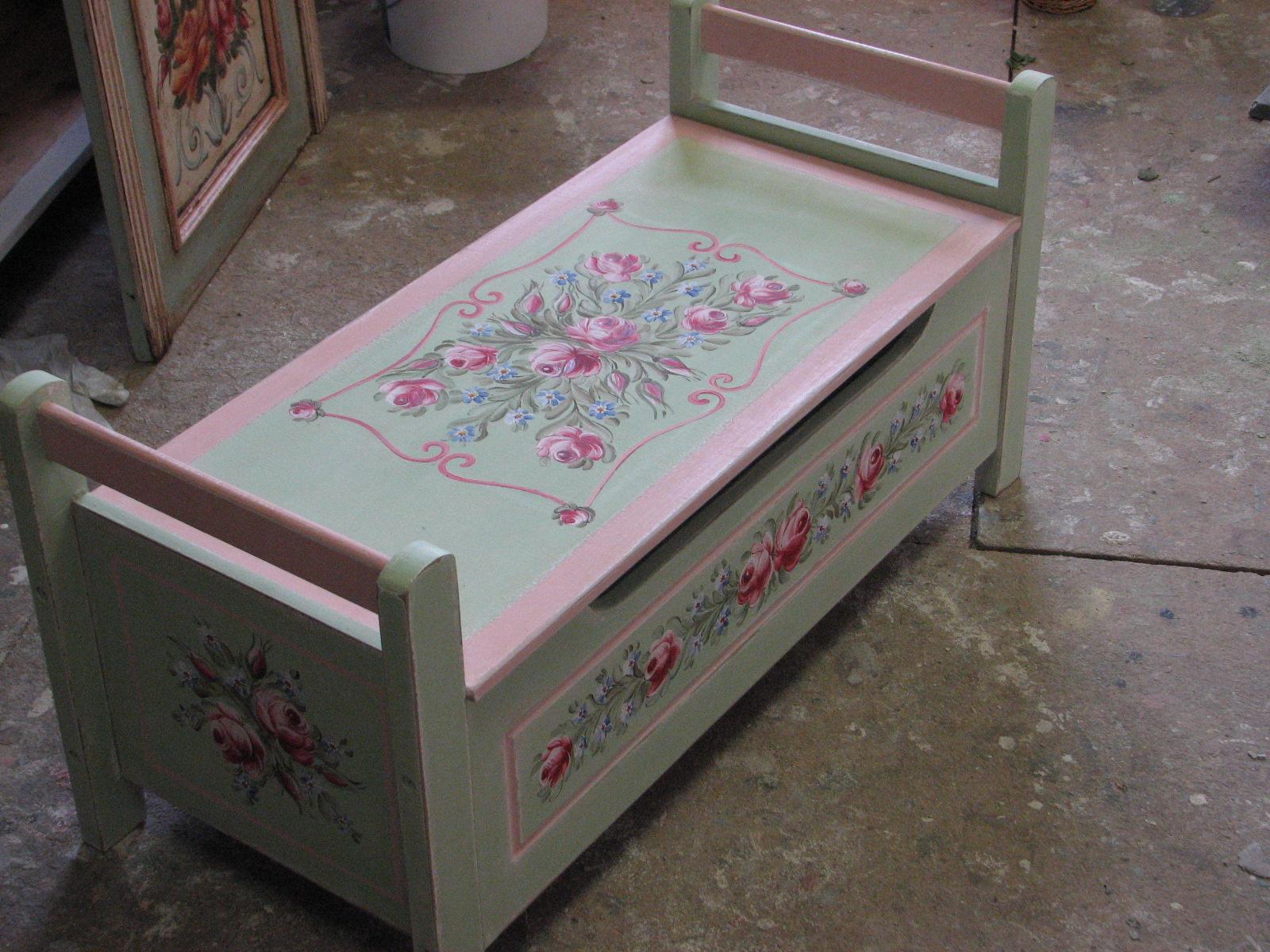 Pastelová zelená malovaná lavice s úložným prostorem
