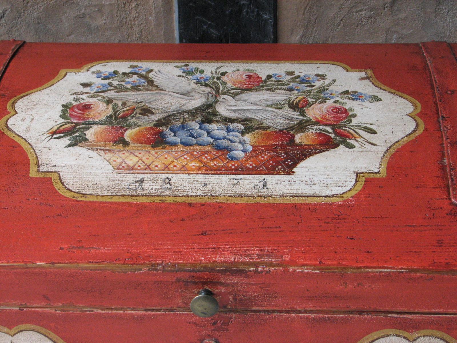 Červená malovaná truhla s holubičkami detail víka