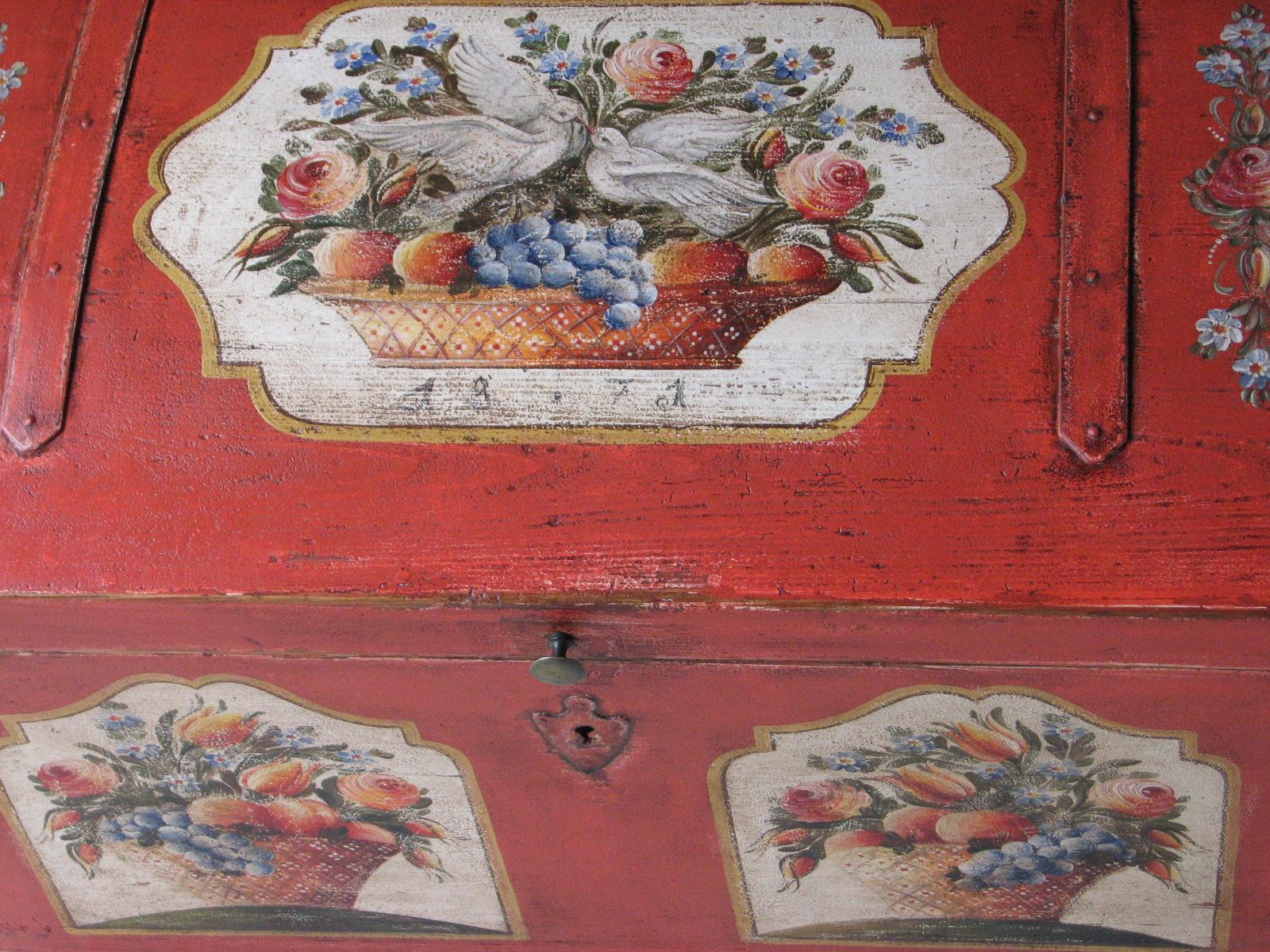 Červená malovaná truhla s holubičkami detail víka 2