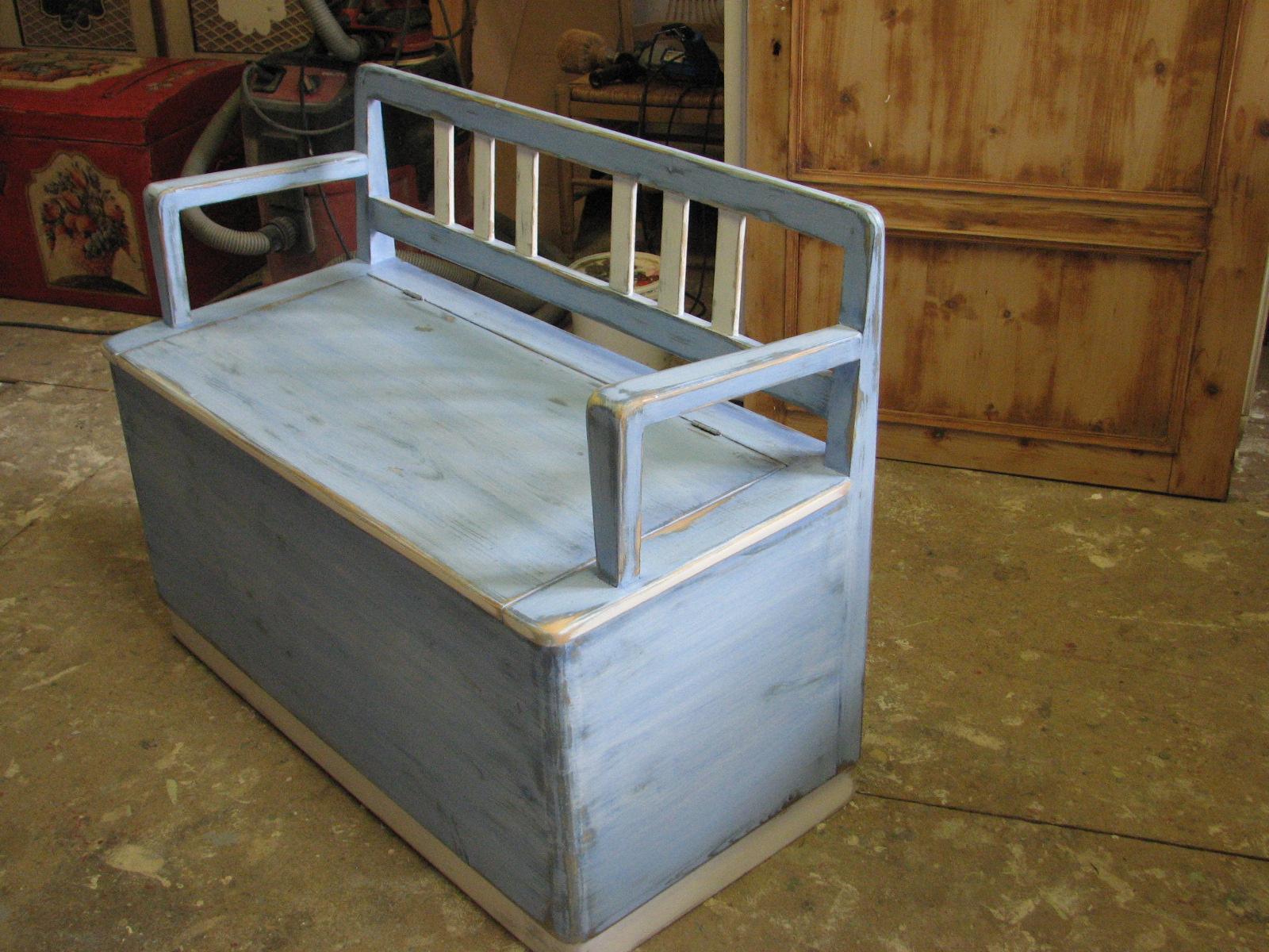 Malovaná modrá lavice s úložným prostorem a s patinou