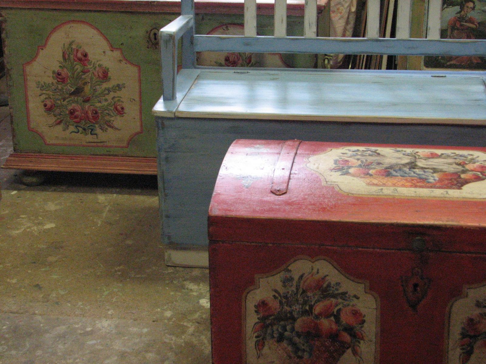 Malovaná modrá lavice s úložným prostorem a s patinou 2