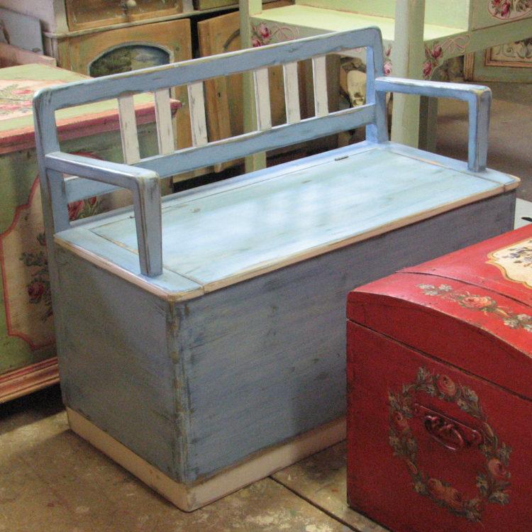 Malovaná modrá lavice s úložným prostorem a s patinou 3