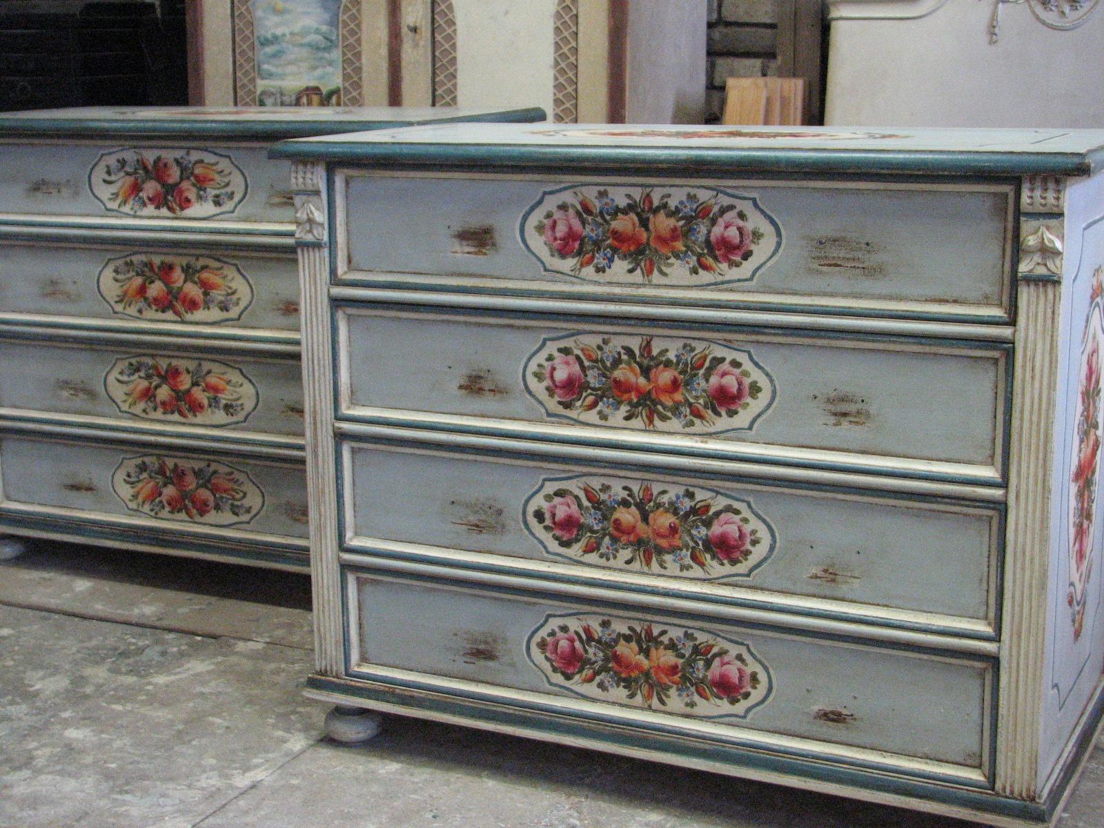 Romantická malovaná komoda světle modrá se čtyřmi zásuvkami 2