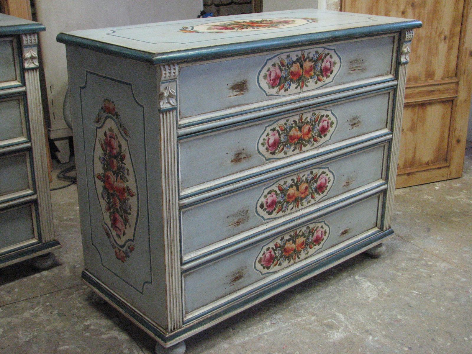 Romantická malovaná komoda světle modrá se čtyřmi zásuvkami 3