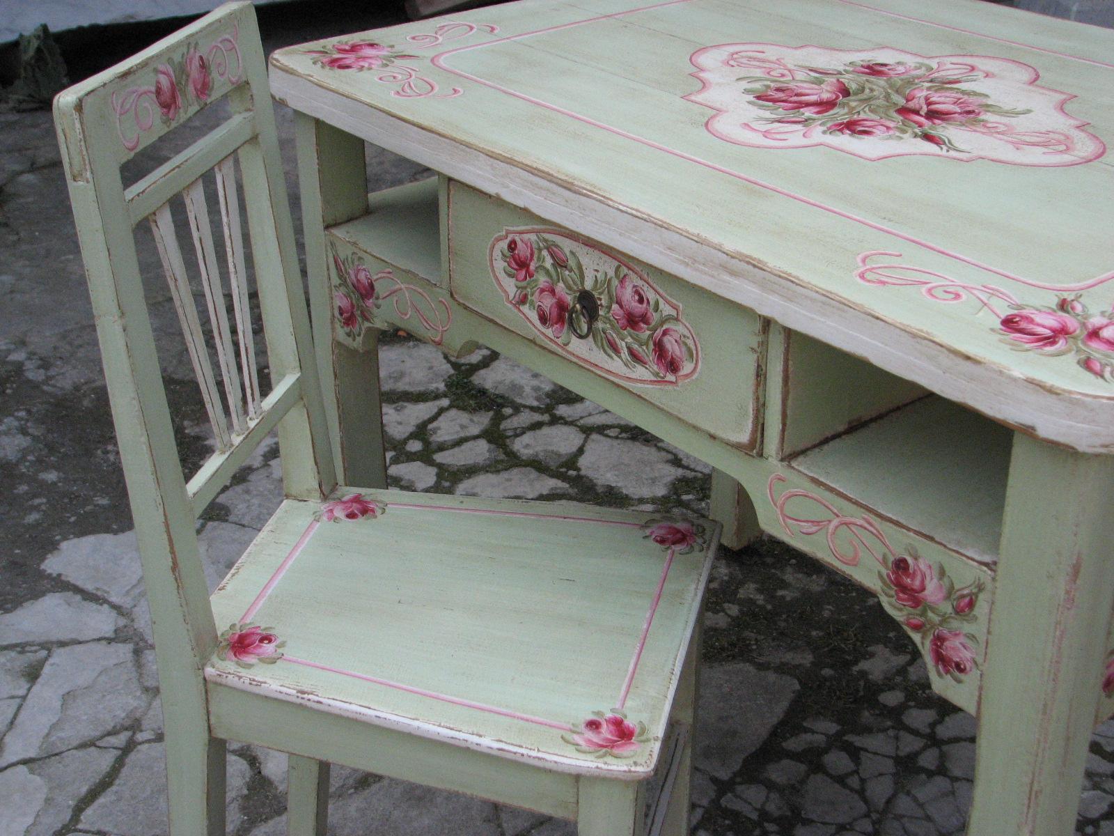 Malovaný selský jídelní stůl se židlí v romantické zelené barvě s motivem růží 5