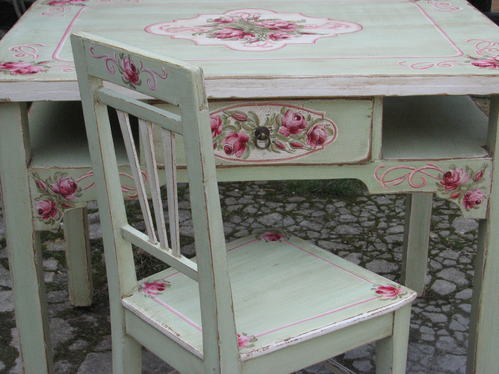 Malovaný selský jídelní stůl se židlí v romantické zelené barvě s motivem růží 7