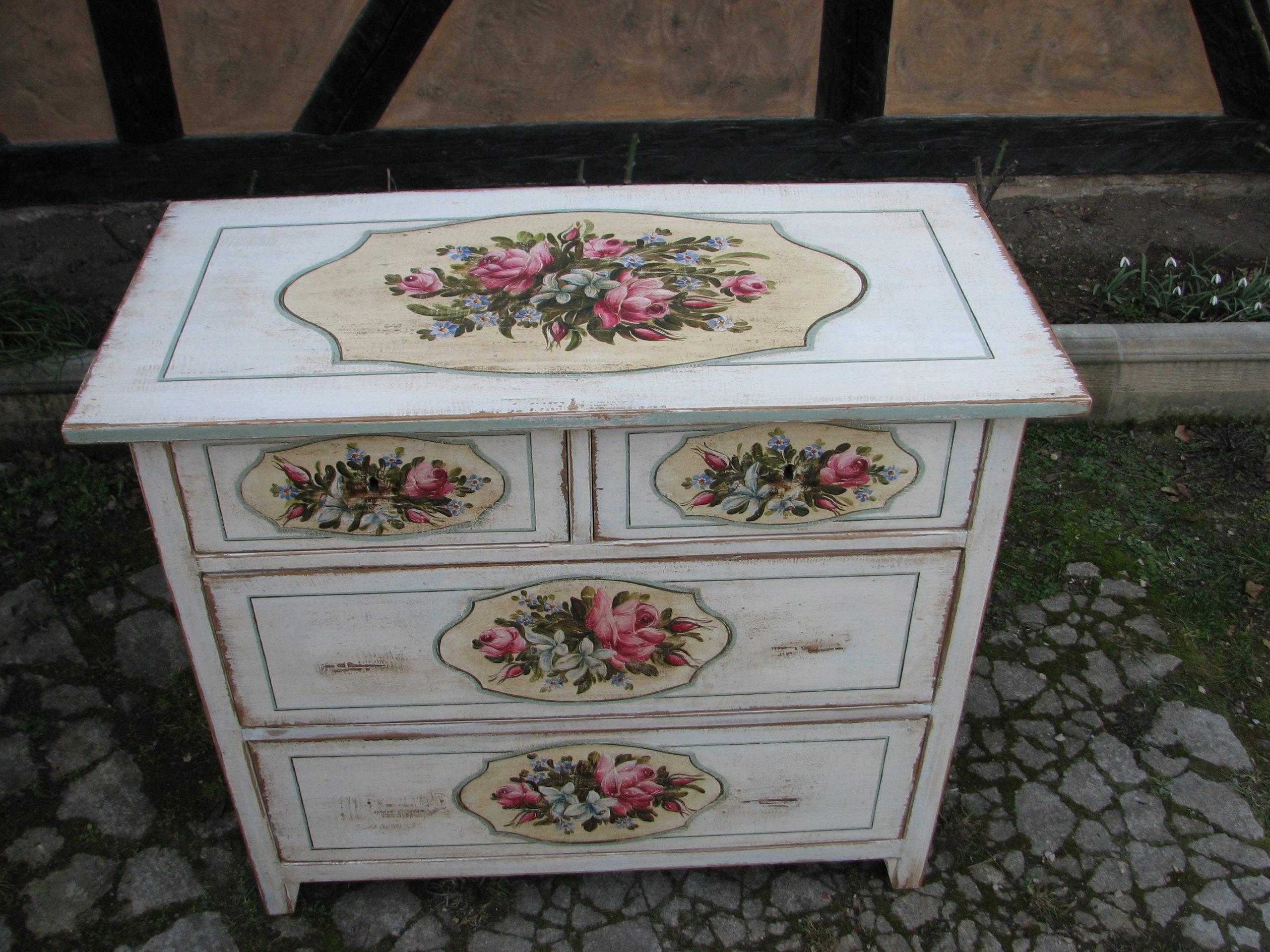 Malovaná bílá komoda s květinami v romantickém stylu 3