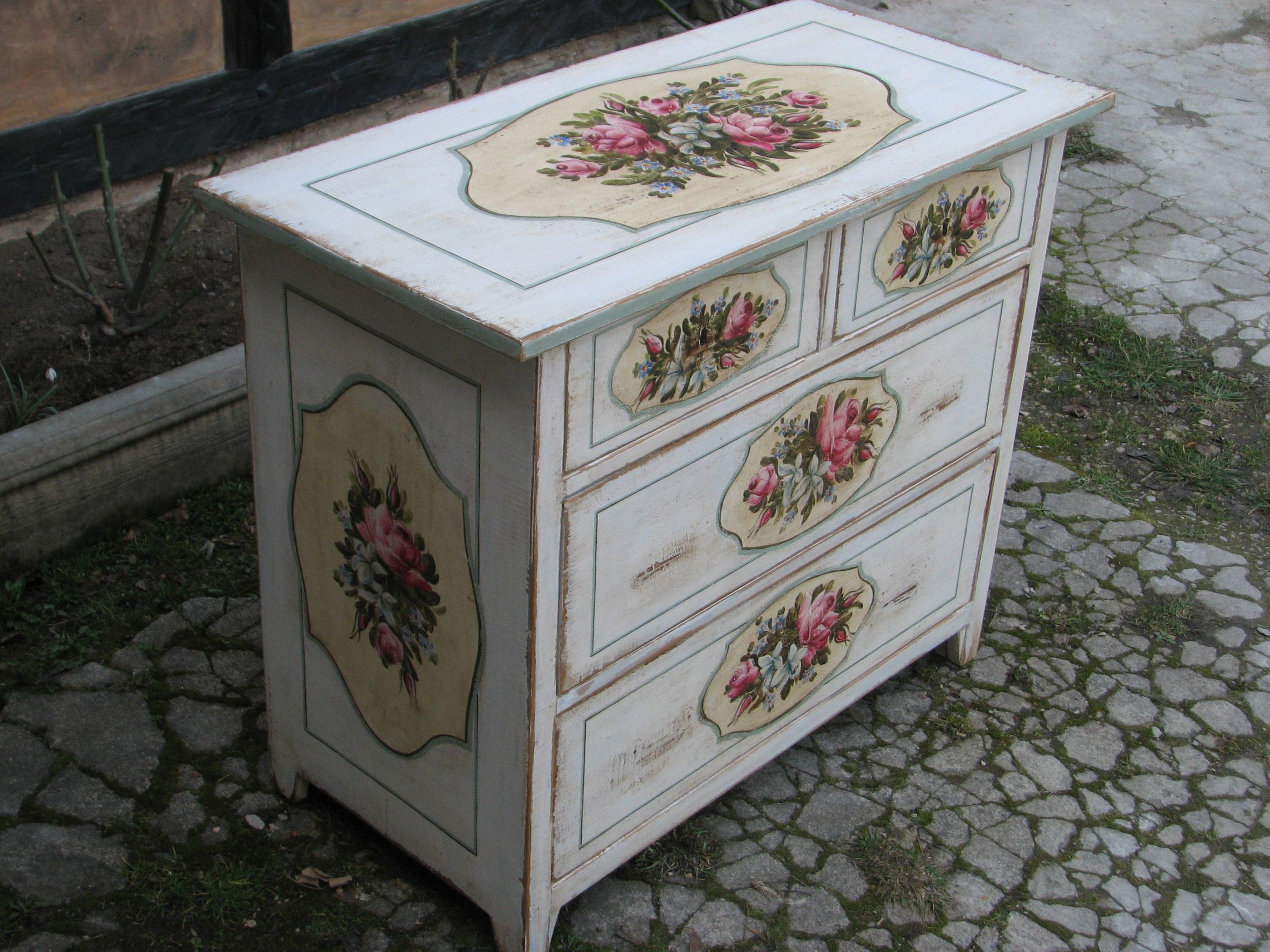 Malovaná bílá komoda s květinami v romantickém stylu 4