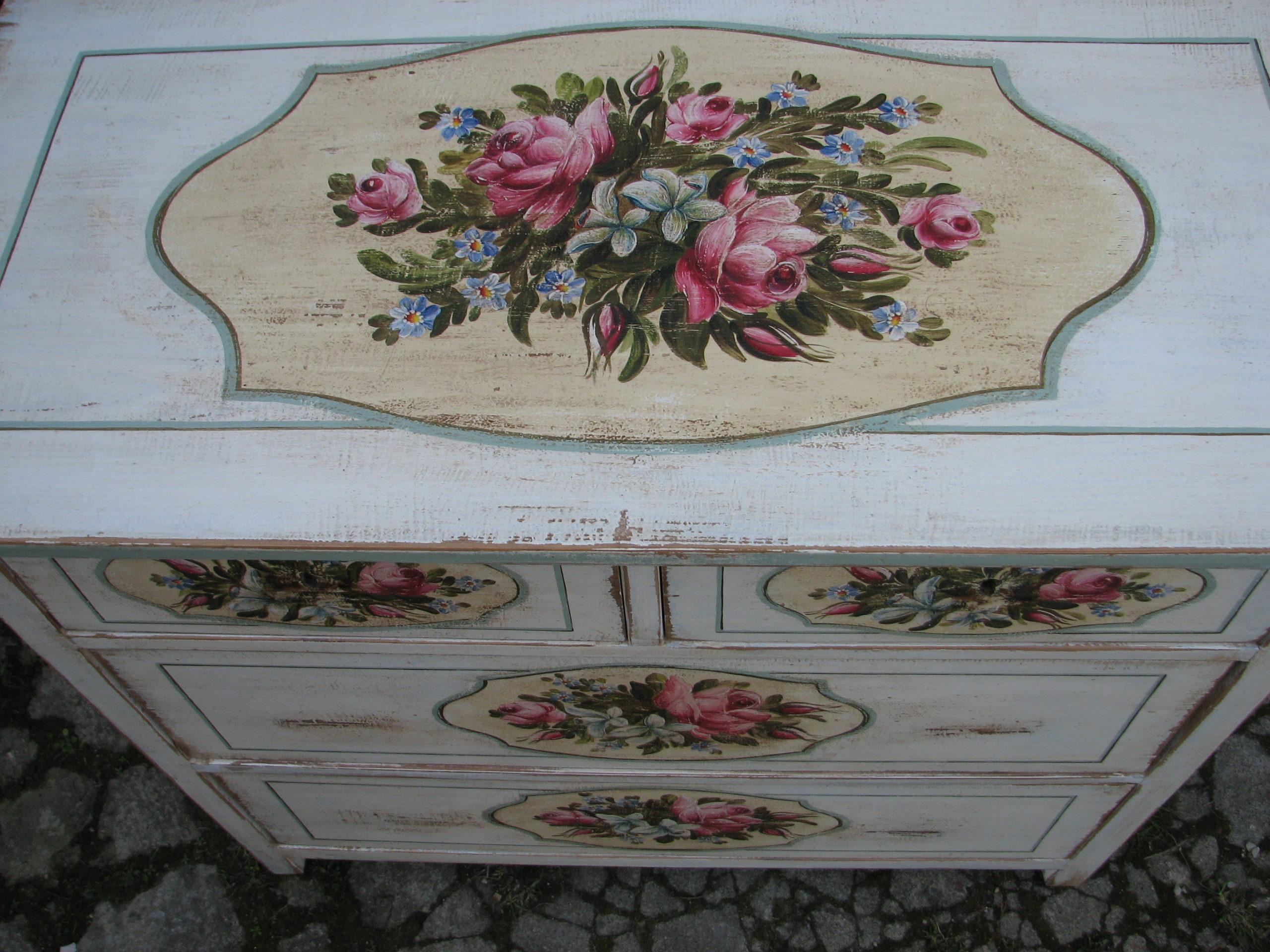 Malovaná bílá komoda s květinami v romantickém stylu detail