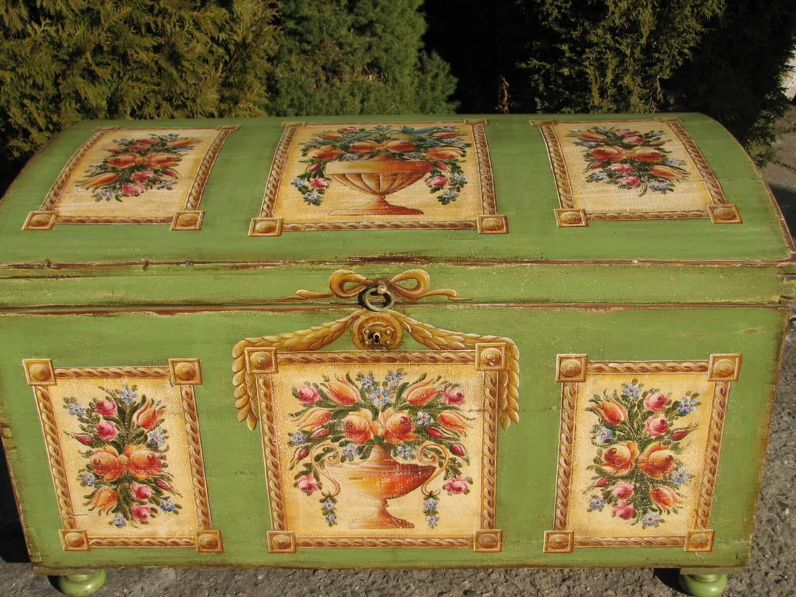 Selská malovaná truhla zelená přední pohled