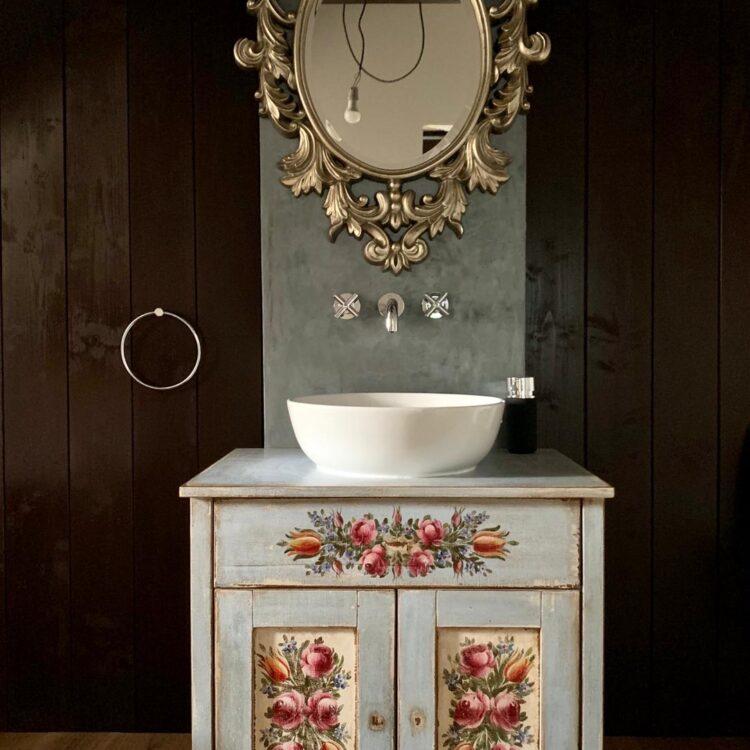 Malovaná koupelnová skříňka do koupelny