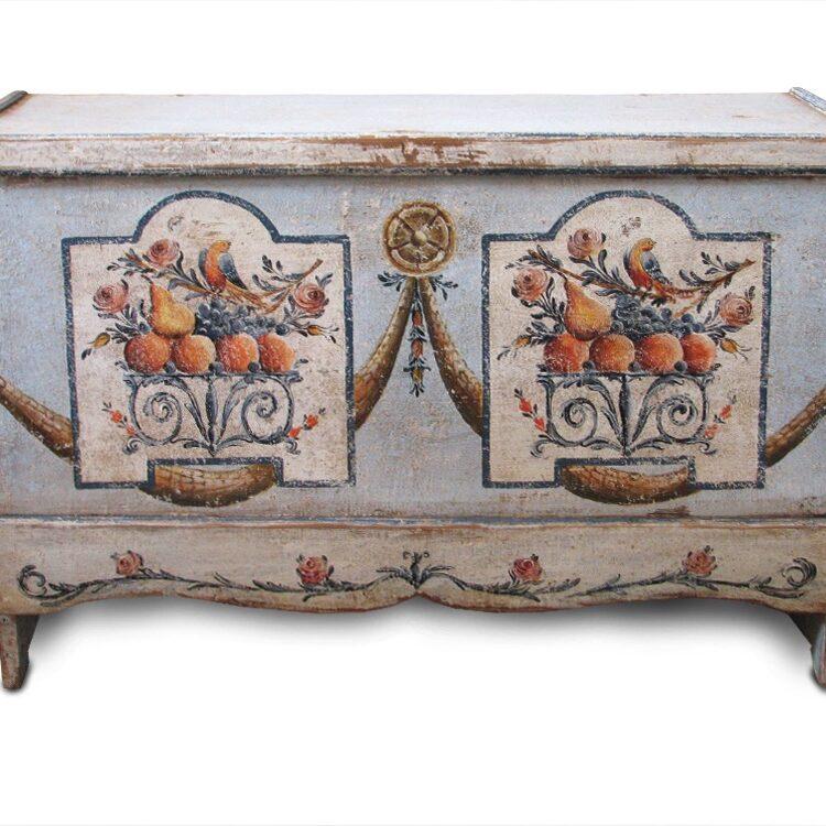 selská dřevěná malovaná truhla na chalupu s girlandou a vzorem květin ptáků a s nástolcem patinovaná