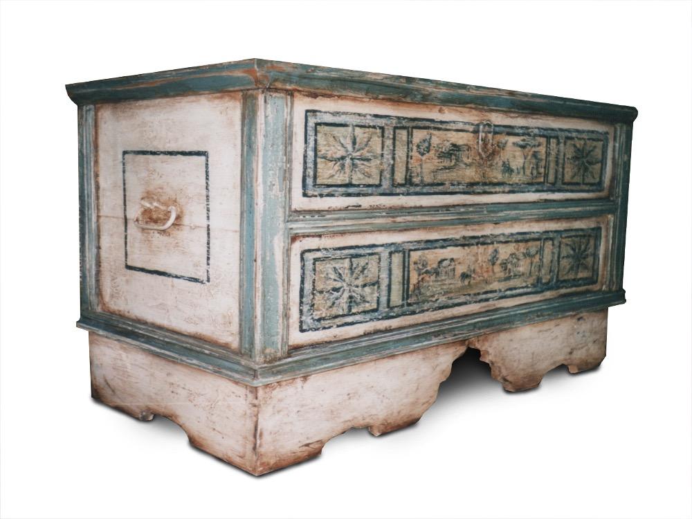 selská dřevěná malovaná truhla na chalupu s patinou s efektem starobylého vzhledu